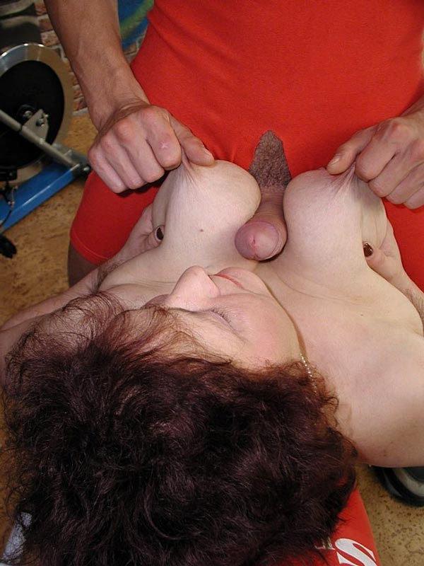 Молодой тренер трахает шлюху почтенного возраста в качалке