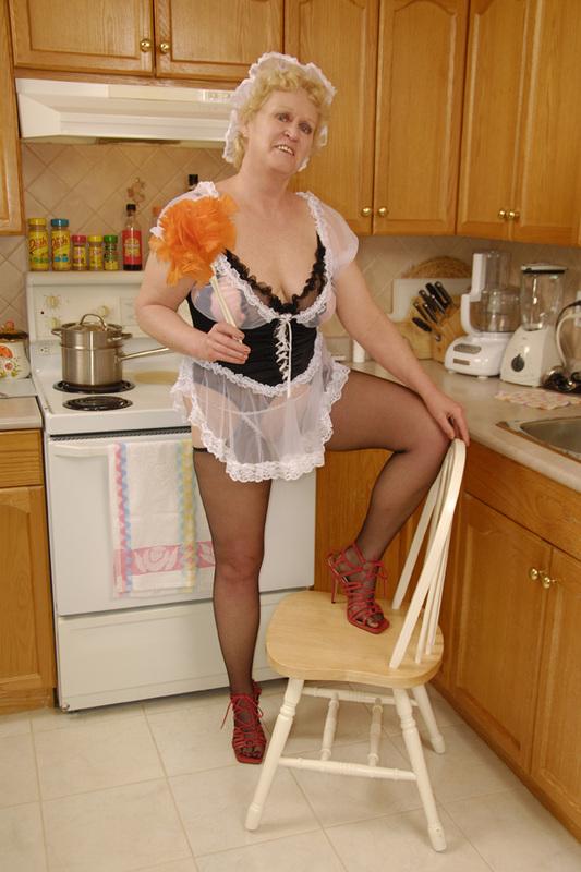 Горничная преклонных лет сняла трусы на кухне