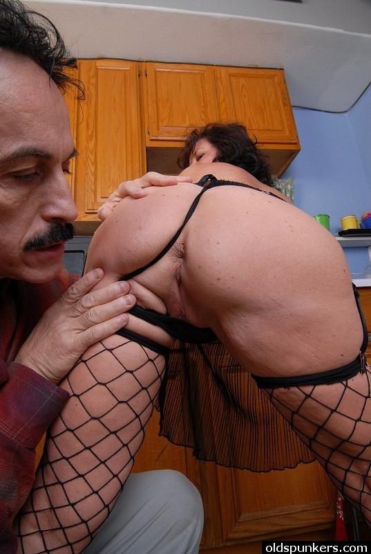 Бабища и дедок ебутся на кухне