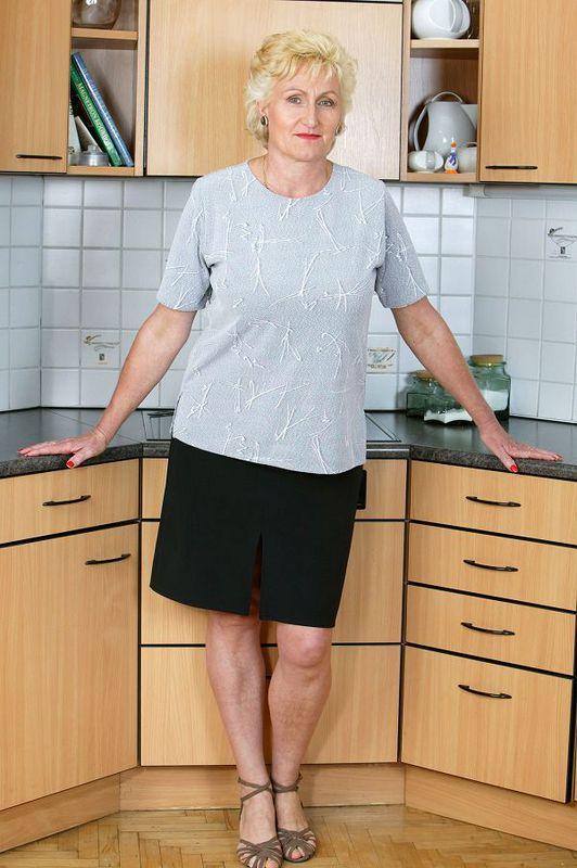 Дама почтенного возраста пришла на кухню и показала стриптиз