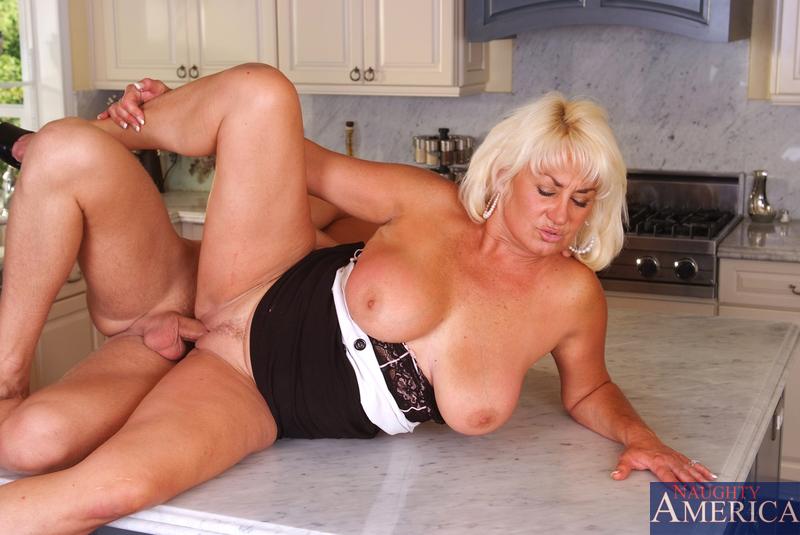 Блондинка и сын перепихнулись на кухне. Фото - 10