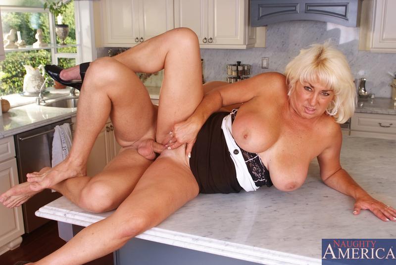 Блондинка и сын перепихнулись на кухне. Фото - 11
