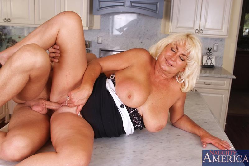 Блондинка и сын перепихнулись на кухне. Фото - 12