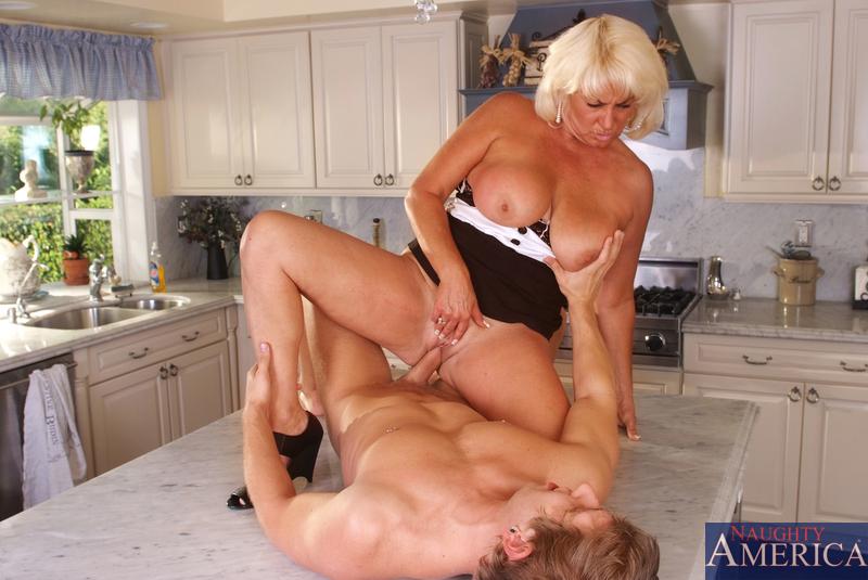 Блондинка и сын перепихнулись на кухне. Фото - 13