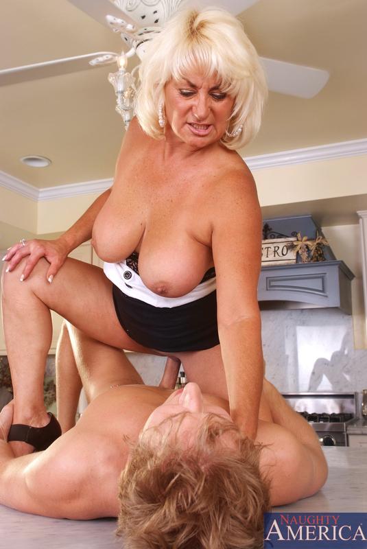 Блондинка и сын перепихнулись на кухне. Фото - 14