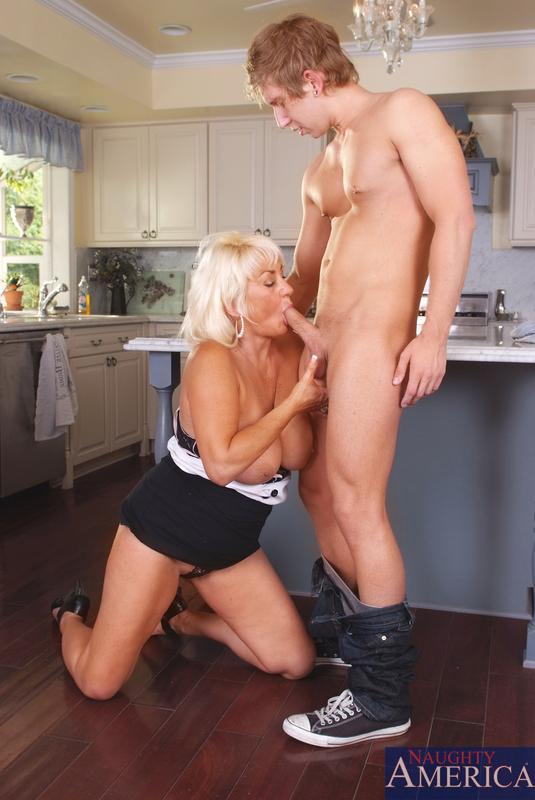 Блондинка и сын перепихнулись на кухне. Фото - 4