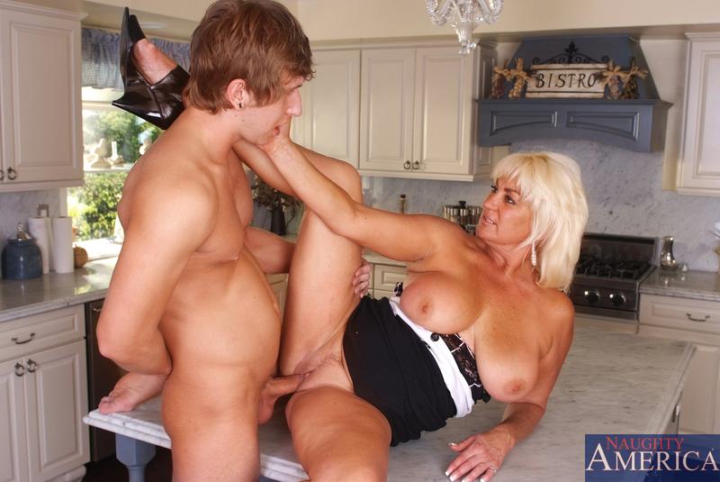 Блондинка и сын перепихнулись на кухне. Фото - 7