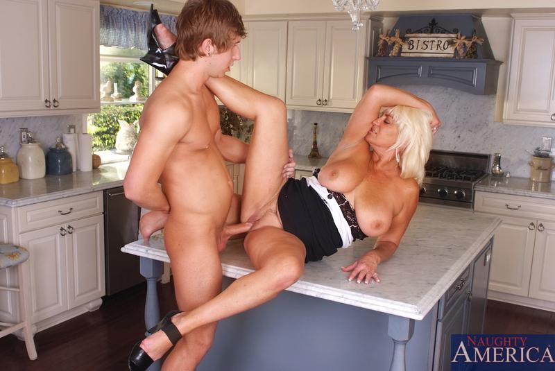 Блондинка и сын перепихнулись на кухне. Фото - 9