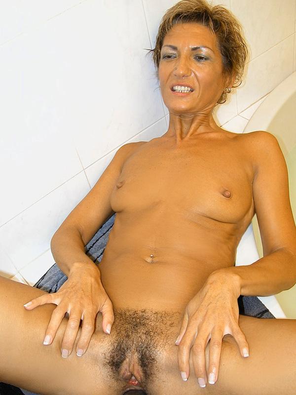 Дама 50+ подмыла мохнатку в ванной и ебется с мужем. Фото - 6