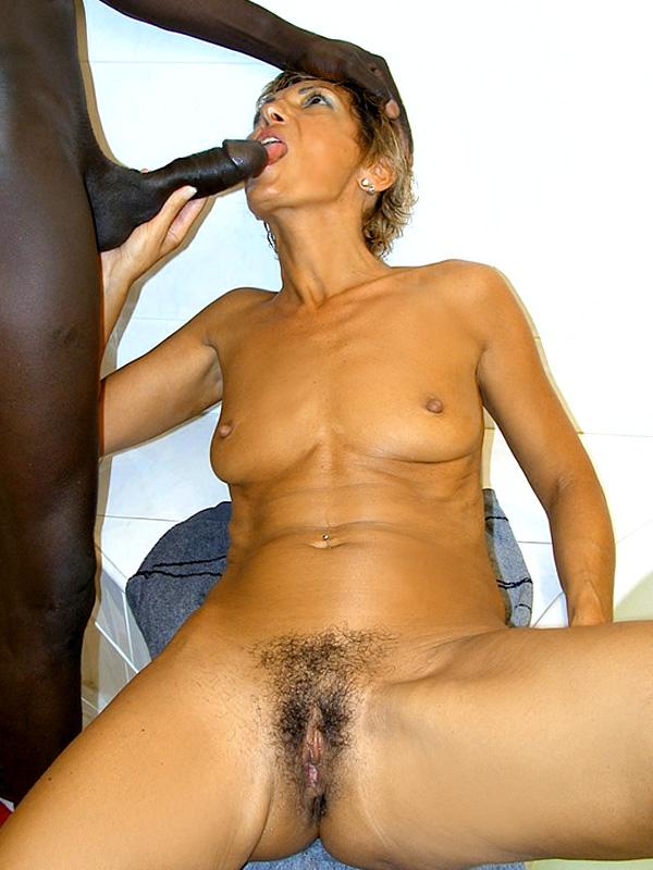Дама 50+ подмыла мохнатку в ванной и ебется с мужем. Фото - 9