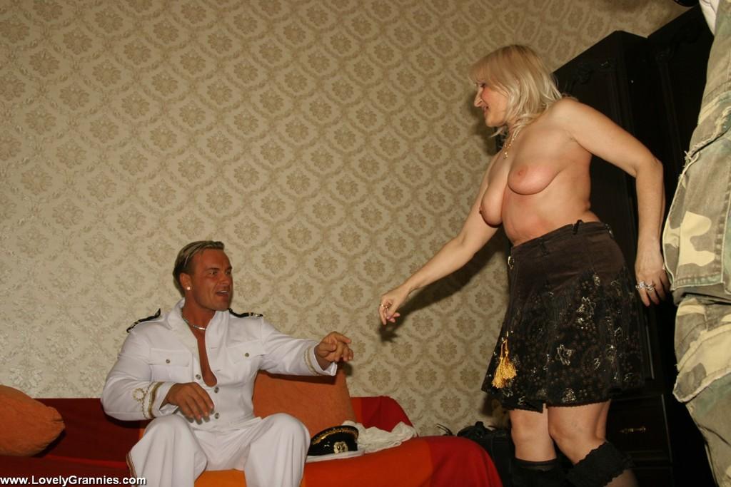 Молодой мужлан на секс фото с дамой пожилого возраста. Фото - 1