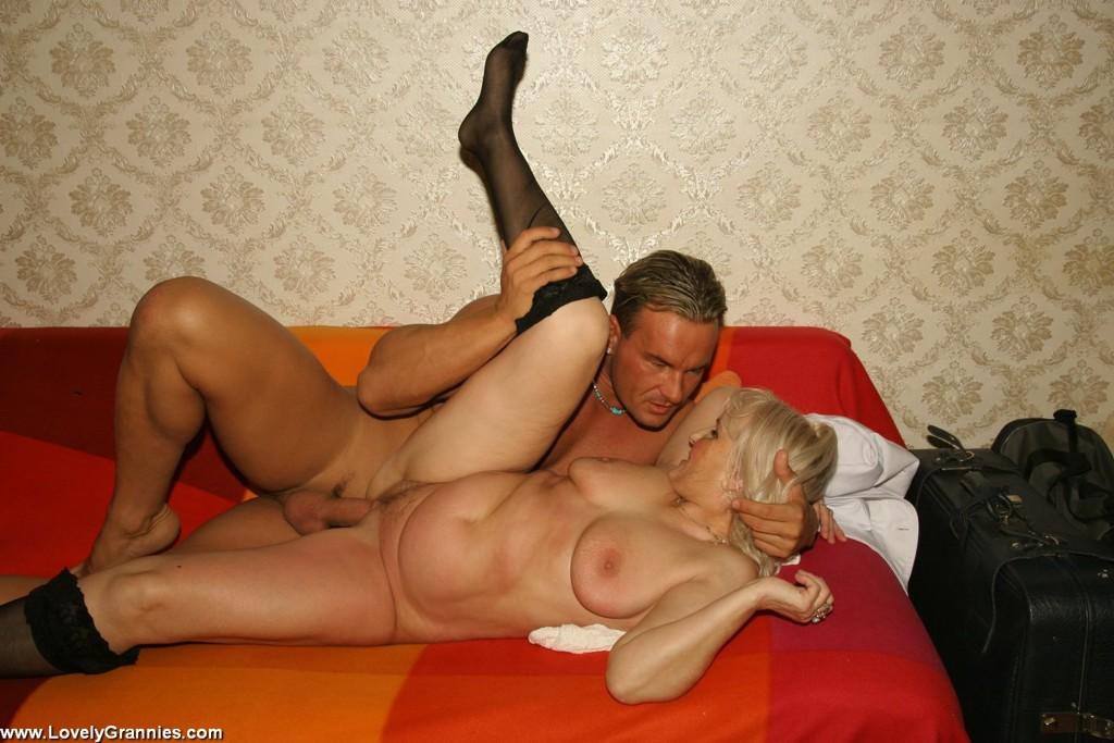 Молодой мужлан на секс фото с дамой пожилого возраста. Фото - 11