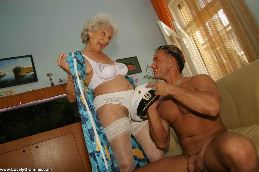 Пожилая членососка против молодого мужчины. Фото - 3