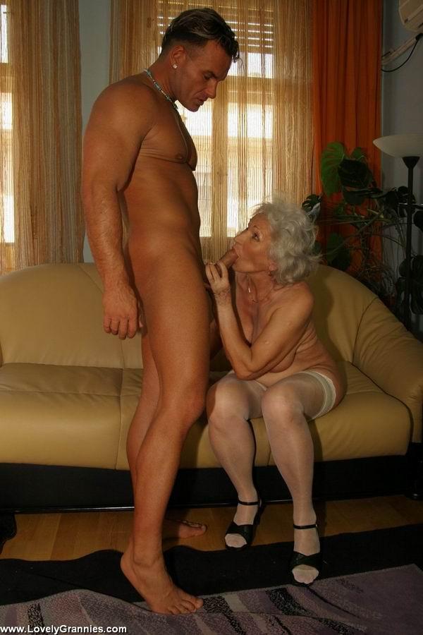 Пожилая членососка против молодого мужчины. Фото - 7