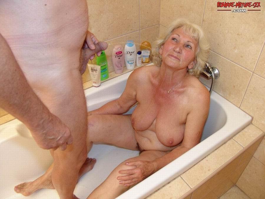 Обоссали старую каргу в ванной. Фото - 11