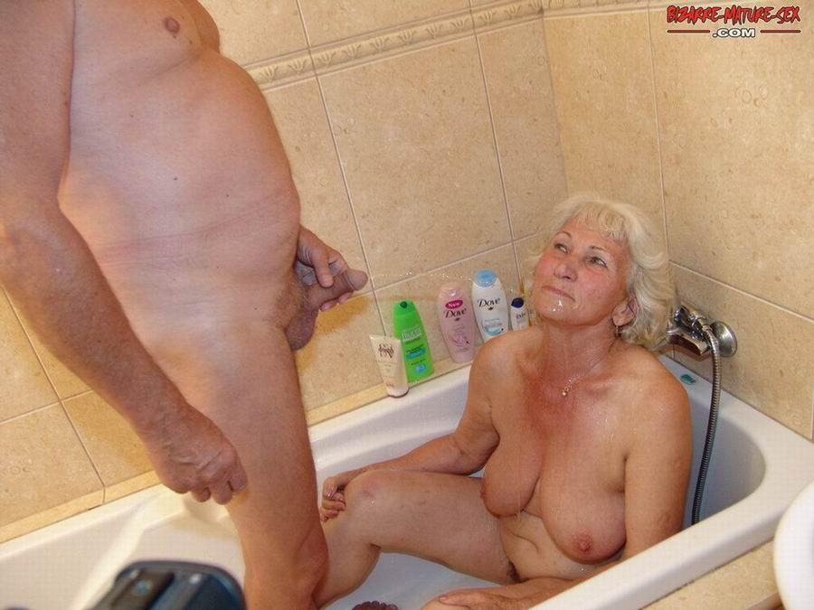 Обоссали старую каргу в ванной. Фото - 12