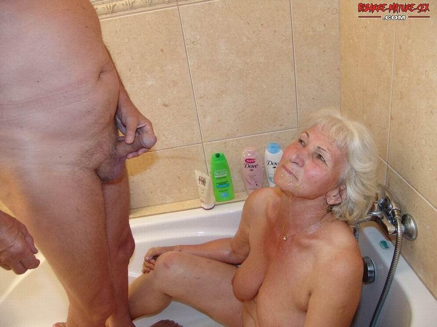 Обоссали старую каргу в ванной. Фото - 13