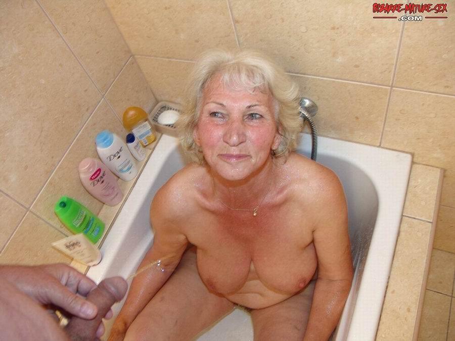 Обоссали старую каргу в ванной. Фото - 15