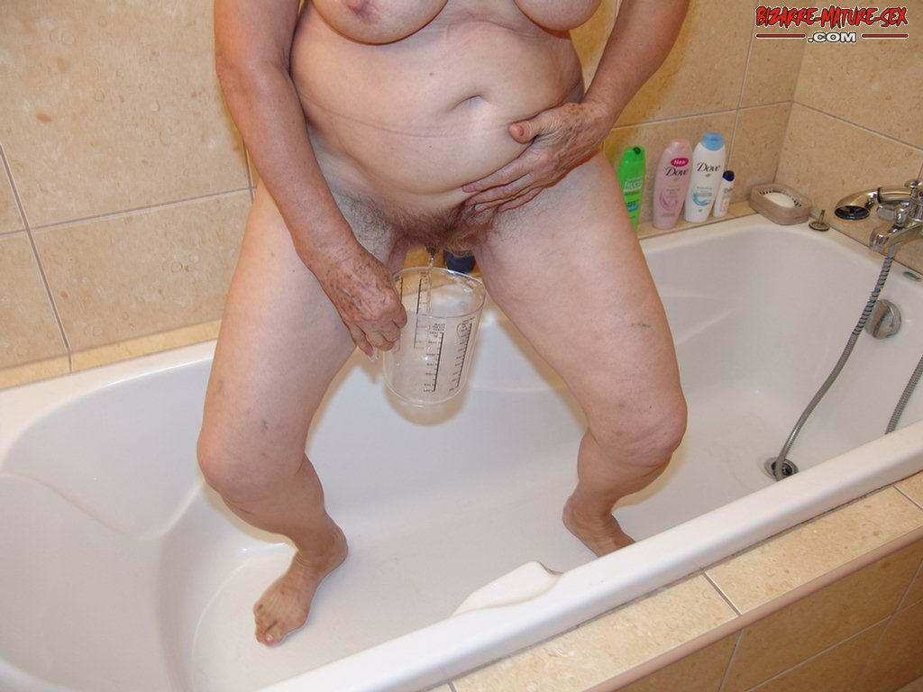 Обоссали старую каргу в ванной. Фото - 2
