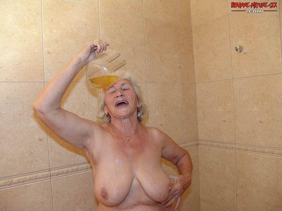 Обоссали старую каргу в ванной. Фото - 5
