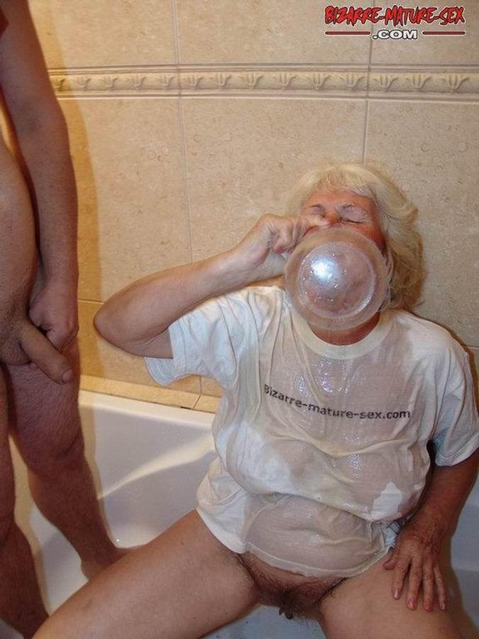 Обоссали старую каргу в ванной. Фото - 8