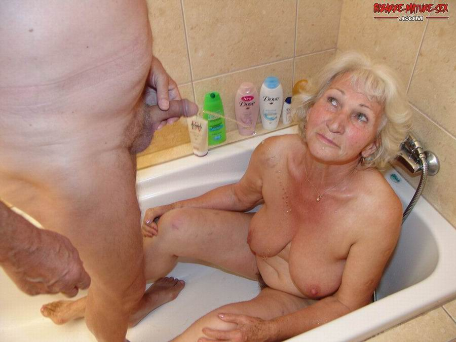 Обоссали старую каргу в ванной. Фото - 9