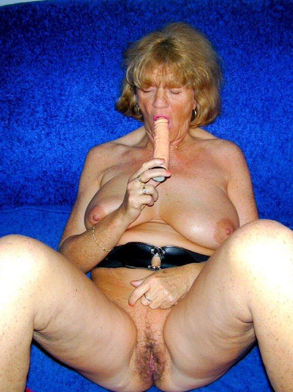 Бабуся сосет самотык и показывает промежность. Фото - 13