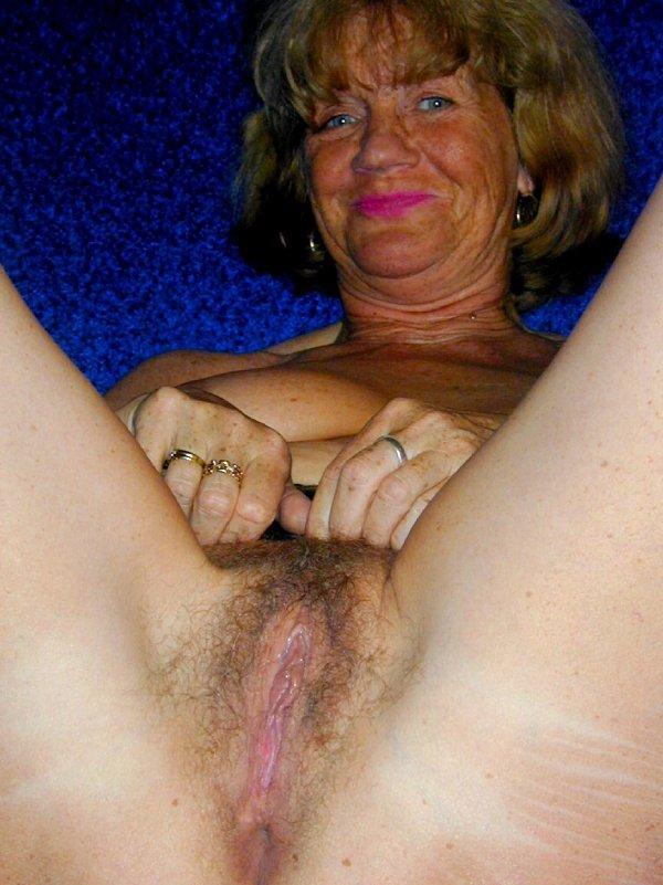 Бабуся сосет самотык и показывает промежность. Фото - 16