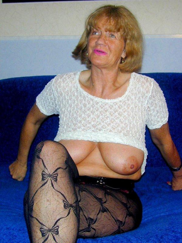 Бабуся сосет самотык и показывает промежность. Фото - 5