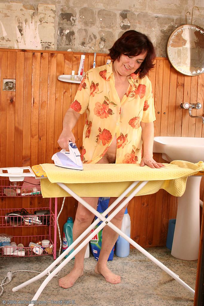 Мамзель с мохнатой мандой позирует с гладильной доской. Фото - 1