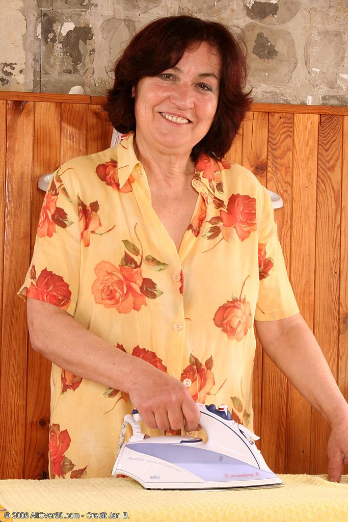 Мамзель с мохнатой мандой позирует с гладильной доской. Фото - 2