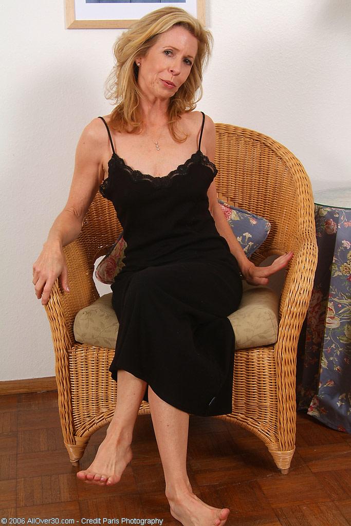Матура позирует с волосней на киске в плетенном кресле. Фото - 1