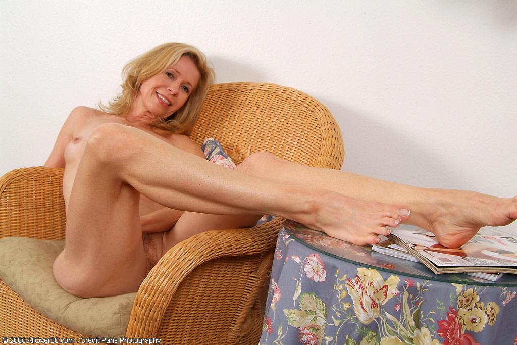 Матура позирует с волосней на киске в плетенном кресле. Фото - 13