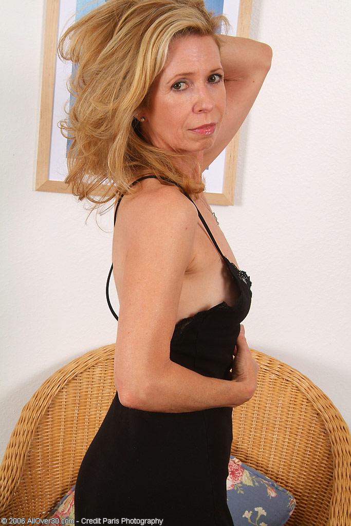 Матура позирует с волосней на киске в плетенном кресле. Фото - 2