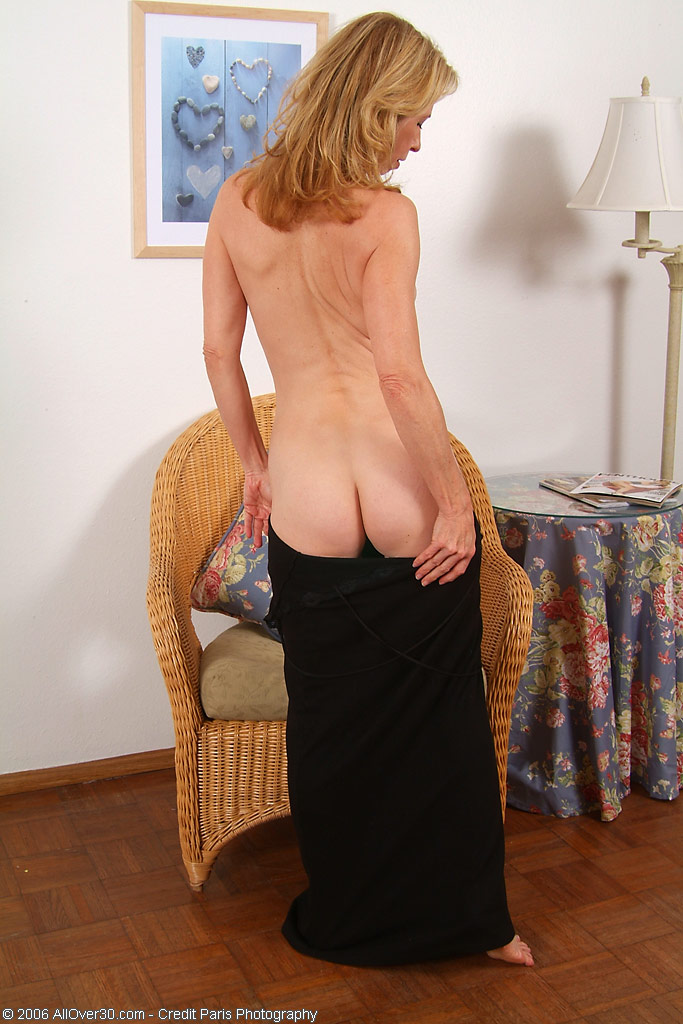 Матура позирует с волосней на киске в плетенном кресле. Фото - 7