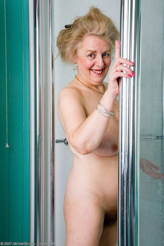 Старперка с заросшей промежностью принимает душ. Фото - 1