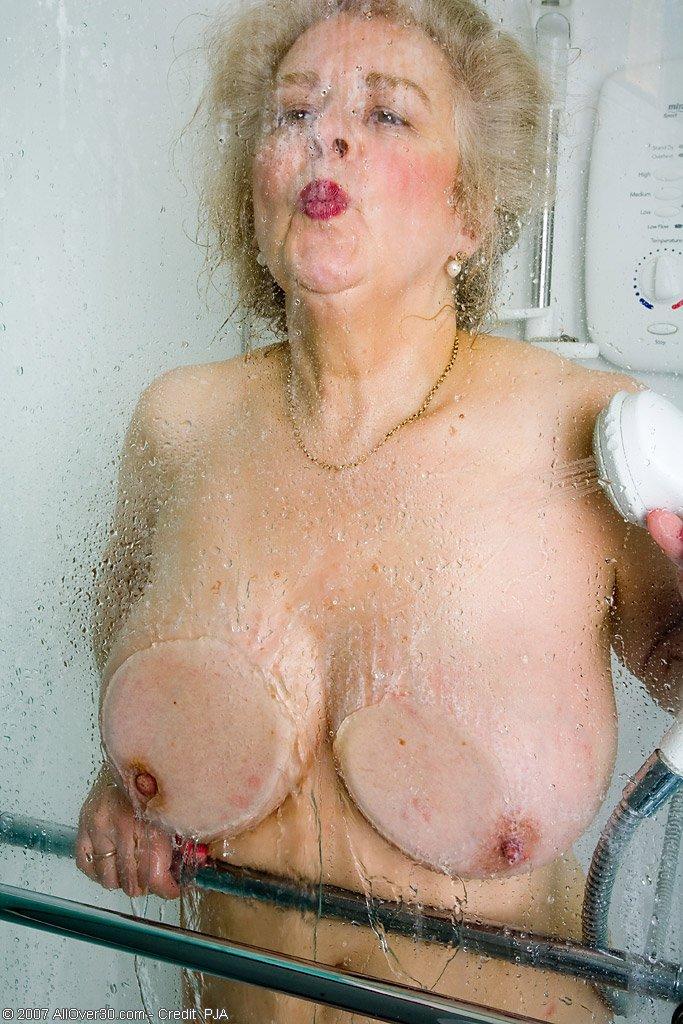 Старперка с заросшей промежностью принимает душ. Фото - 12
