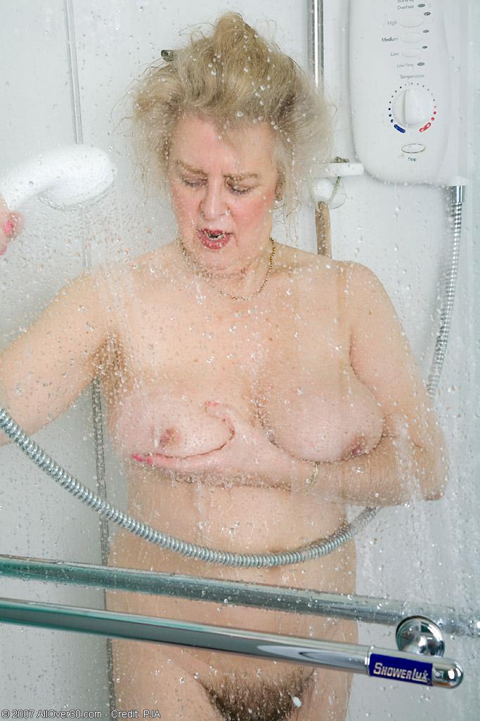 Старперка с заросшей промежностью принимает душ. Фото - 13