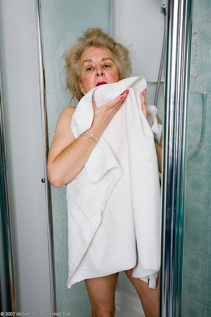 Старперка с заросшей промежностью принимает душ. Фото - 14