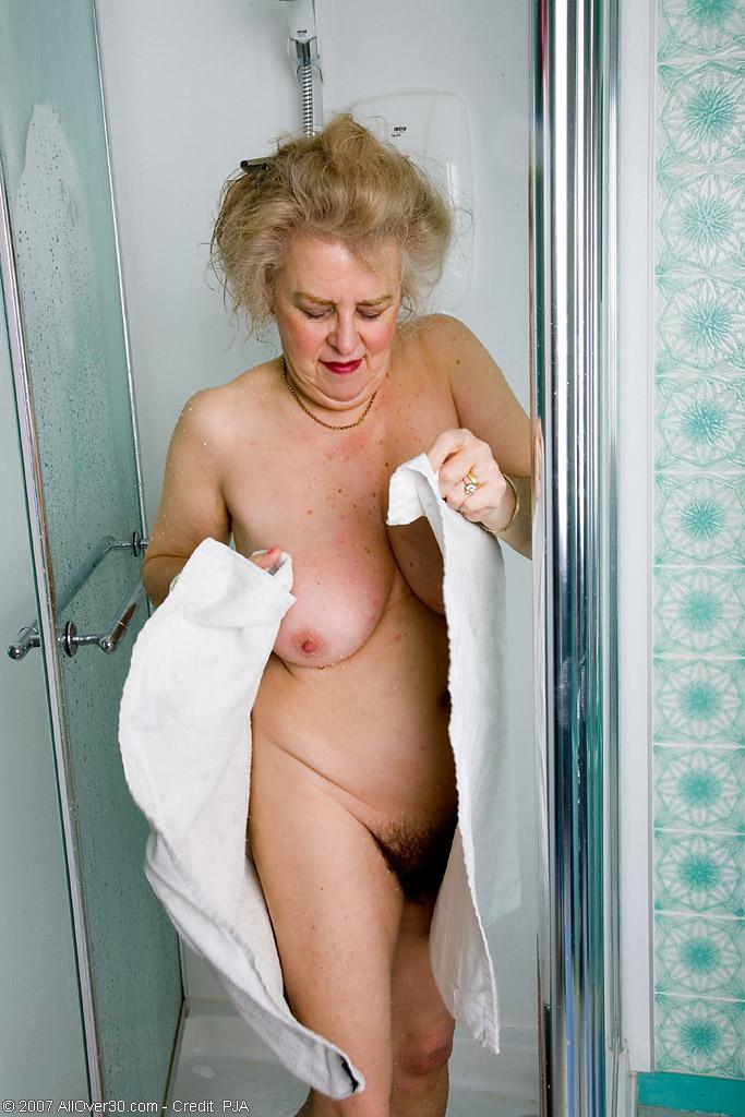 Старперка с заросшей промежностью принимает душ. Фото - 15