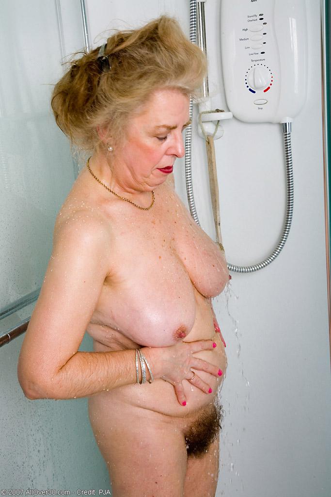 Старперка с заросшей промежностью принимает душ. Фото - 2