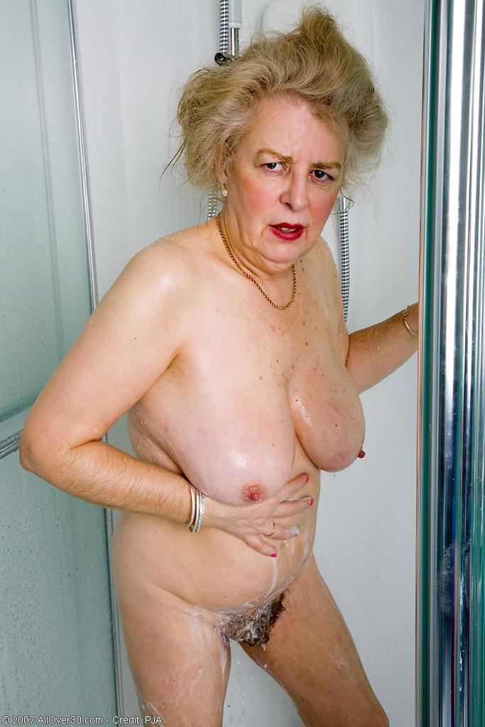 Старперка с заросшей промежностью принимает душ. Фото - 3