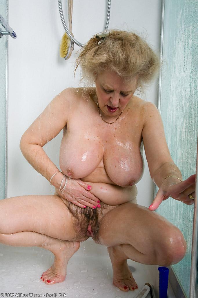 Старперка с заросшей промежностью принимает душ. Фото - 6