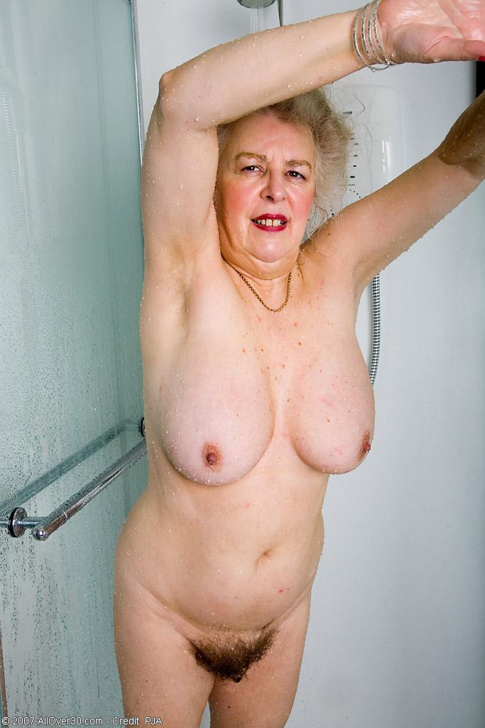 Старперка с заросшей промежностью принимает душ. Фото - 9