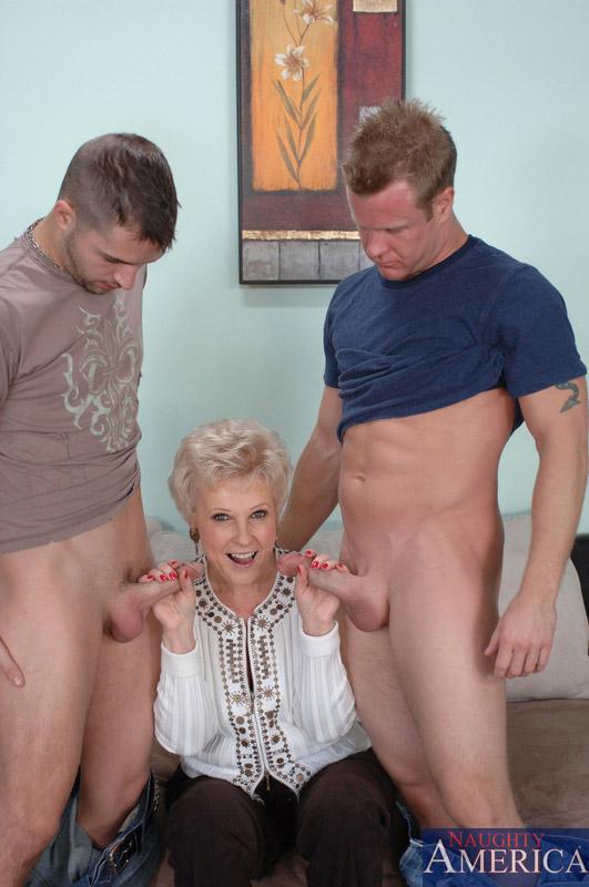 Бабка против двоих юношей. Фото - 5