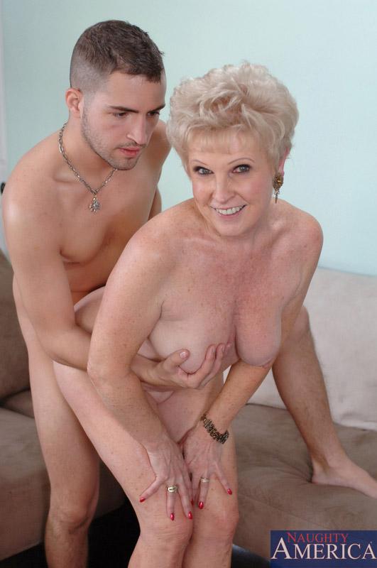 Бабка против двоих юношей. Фото - 6