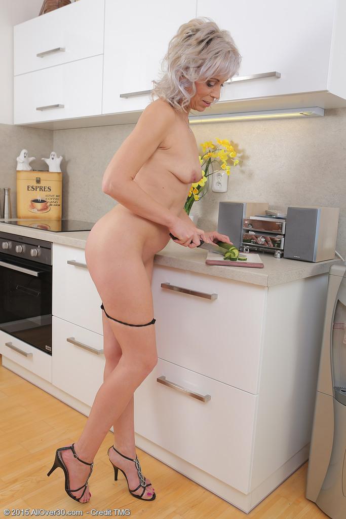 Пятидесятилетняя выебала себя огурцом на кухне