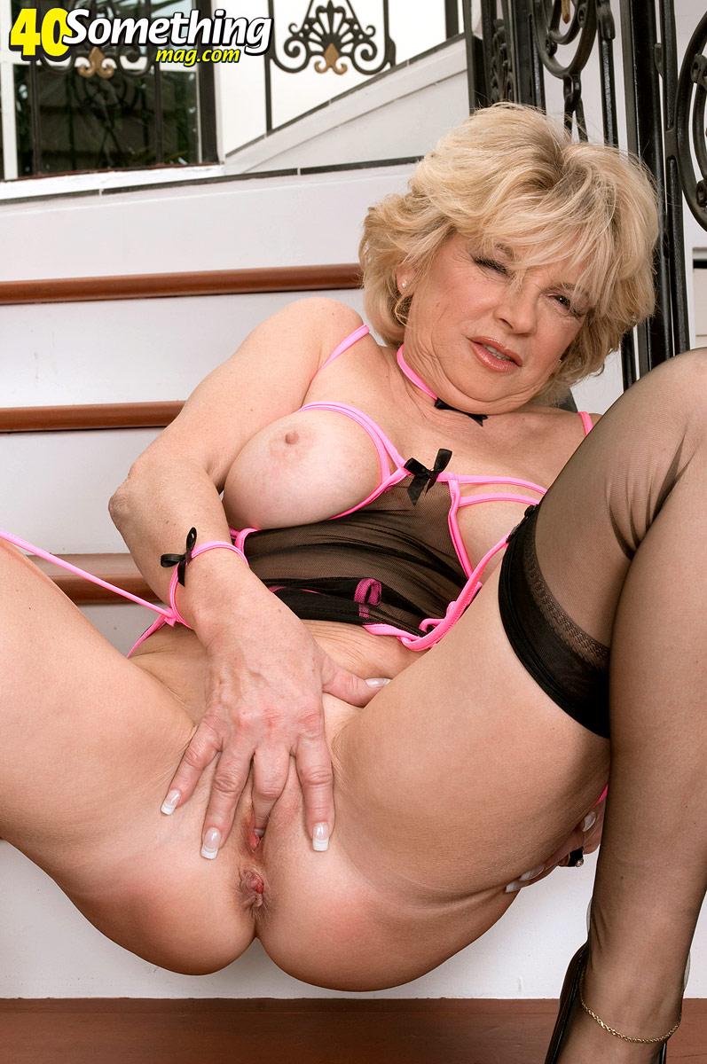 Эффектная бабуля занялась самоудовлетворением на лестнице. Фото - 9