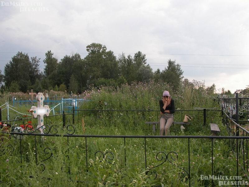 Рыжая мамзель трахается с алкашом на кладбище. Фото - 1