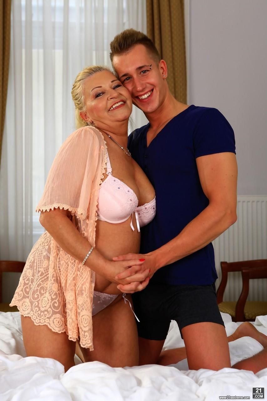 Сын осчастливил мамочку в постели. Фото - 1